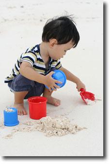 砂で遊ぶあっきー